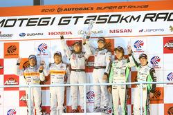 Podium du Championnat GT300 : #3 Hasemi SportTomica Z: Kazuki Hoshino, Masataka Yanagida, 2e: #43 Ar