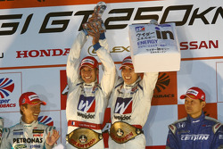 Podium du championnat GT500 : #18 Weider HSV-010: Takashi Kogure, Loïc Duval