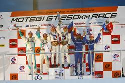 Podium GT500 kampioenen: #18 Weider HSV-010: Takashi Kogure, Loic Duval, 2de: #1 Petronas Tom's SC43