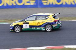 Gabriele Tarquini, SR-Sport Seat Leon 2.0 TDI with a flat tyre