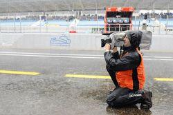 Un camarógrafo en la lluvia