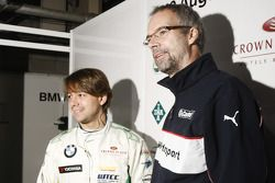 Augusto Farfus, BMW Team RBM BMW 320si en Jan Hartmann, Head of Touring en Entourance auto's bij BMW