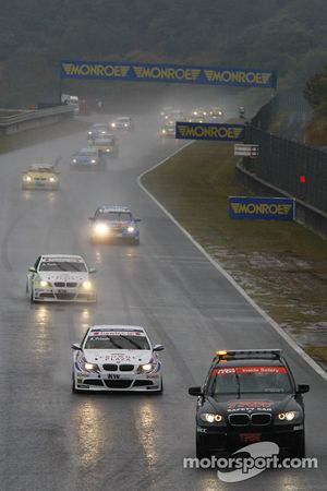 La voiture de sécurité devance Andy Priaulx, BMW Team RBM BMW 320si et Augusto Farfus, BMW Team RBM BMW 320si