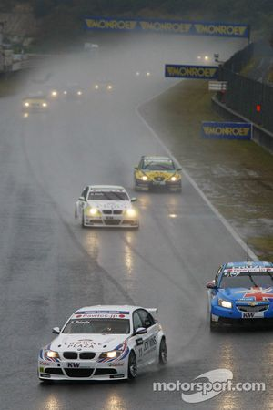 Andy Priaulx, BMW Team RBM BMW 320si mène Robert Huff, Chevrolet, Chevrolet Cruze LT