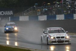 Andy Priaulx, BMW Team RBM BMW 320si devant Yvan Muller, Chevrolet, Chevrolet Cruze LT