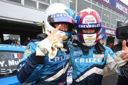 Le vainqueur Robert Huff, Chevrolet, Chevrolet Cruze LT, et le troisième Alain Menu, Chevrolet, Chevrolet Cruze LT