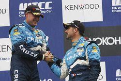 Podium: le vainqueur Robert Huff, Chevrolet, Chevrolet Cruze LT et Yvan Muller, Chevrolet, Chevrolet Cruze LT
