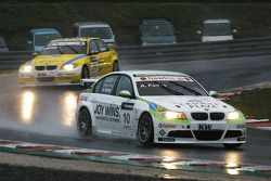 Augusto Farfus, BMW Team RBM BMW 320si devance Colin Turkington, eBay Motors BMW 320si