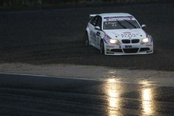 Andy Priaulx dans les graviers au volant de sa BMW Team RBM BMW 320si