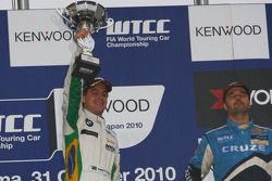 Podium: race winner Augusto Farfus, BMW Team RBM BMW 320si