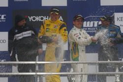 Podium: second Colin Turkington, eBay Motors BMW 320si and race winner Augusto Farfus, BMW Team RBM