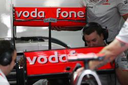 Een verenering aan de achtervleugel wordt aangebracht voor Jenson Button, McLaren Mercedes