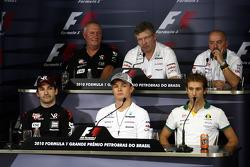 Timo Glock (Virgin), John Booth (directeur sportif de Virgin), Nico Rosberg (Mercedes), Ross Brawn (team principal de Mercedes), Jarno Trulli (Lotus) et Mike Gascoyne (directeur technique de Lotus)