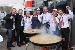 LCR Honda MotoGP teamleden vieren feest met een Valenciaanse paella