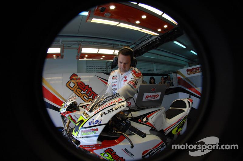 Un membre du LCR Honda MotoGP team au travail