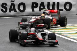 Кристиан Клин, Hispania Racing F1 Team едет впереди Льюиса Хэмилтона, McLaren Mercedes
