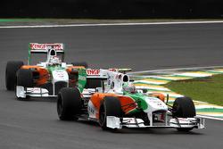Витантонио Льюцци, Force India F1 Team едет впереди Адриана Сутиля, Force India F1 Team