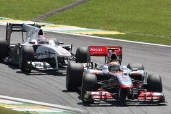 Льюис Хэмилтон, McLaren Mercedes едет впереди Камуи Кобаяши, BMW Sauber F1 Team