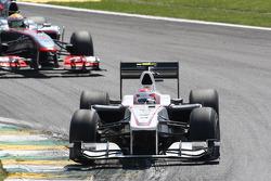 Камуи Кобаяши, BMW Sauber F1 Team едет впереди Льюиса Хэмилтона, McLaren Mercedes