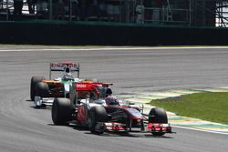 Jenson Button (McLaren Mercedes) devance Adrian Sutil (Force India F1 Team)