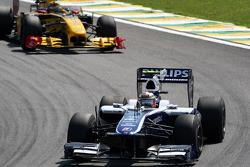 Nico Hulkenberg, Williams F1 Team leads Robert Kubica, Renault F1 Team
