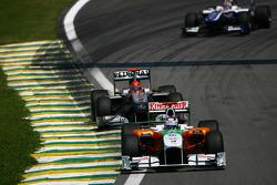 Адриан Сутиль, Force India F1 Team едет впереди Михаэля Шумахера, Mercedes GP