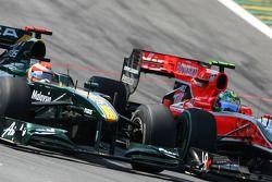Jarno Trulli (Lotus F1 Team) et Lucas di Grassi (Virgin Racing)