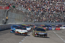 Start: Elliott Sadler, Richard Petty Motorsports Ford en Greg Biffle, Roush Fenway Racing Ford