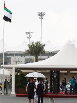 Nico Hulkenberg, Williams F1 Team con un paraguas de la lluvia