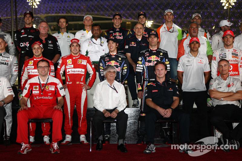 Bernie Ecclestone avec les pilotes et les directeurs d'équipe