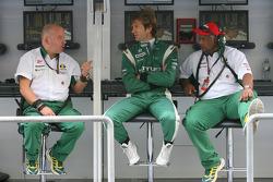 Mike Gascoyne (directeur technique Lotus Racing), Jarno Trulli (Lotus Racing) et Tony Fernandes (team principal Lotus Racing)
