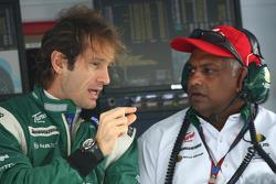 Jarno Trulli, Lotus F1 Team y Tony Fernandes, Lotus F1 Team, Director del equipo