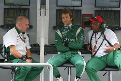 Mike Gascoyne (directeur technique Lotus Racing), Jarno Trulli (Lotus Racing) et Tony Fernandes (tea