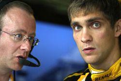 Виталий Петров, Renault F1 Team, и гоночный инженер Марк Слейд