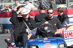 Team eigenaar Ken Black in golfkarretje met Greg Anderson in zijn Summit Racing Pontiac GXP