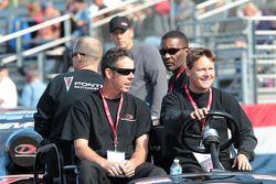 IDG Makita Power Tools Crewmembers met rijder Dave Connolly in de achtergrond