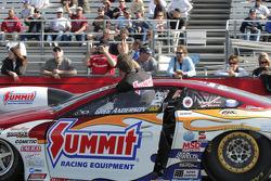 Greg Anderson zwaait naar fans in zijn Summit Racing Pontiac GXP