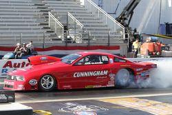 Bob Glidden geeft een burnout in zijn Cunningham Motorsports Ford Mustang. Bob werd afgevoerd naar h