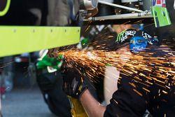 Un mécanicien travaille sur la Monster Energy Toyota