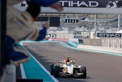Sergio Pérez cruza la línea de meta para llevarse la victoria