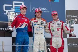 Sergio Perez viert overwinning op het podium met Oliver Turvey en Sam Bird
