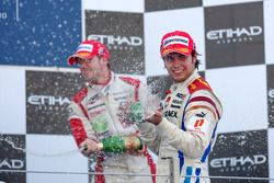 Sergio Perez viert overwinning op het podium met Sam Bird