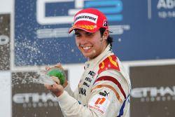 Sergio Perez viert overwinning op het podium