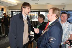 David Evans, journaliste d'Autosport, interviewe Marcus Grönholm à la fête d'adieu à la Ford Focus RS WRC
