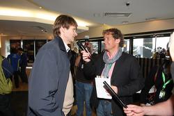 Colin Clark interviewe Marcus Grönholm à la fête d'adieu à la Ford Focus RS WRC