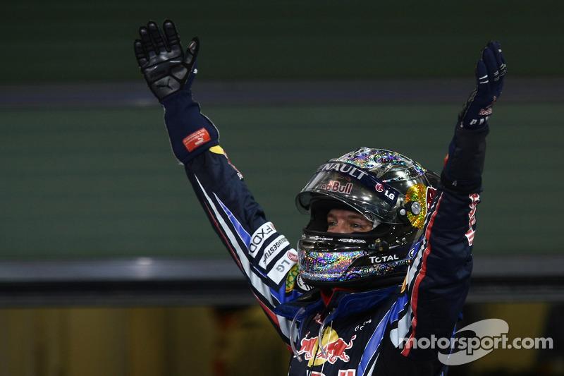 Yarış galibi ve 2010 Formula 1 Dünya Şampiyonu Sebastian Vettel, Red Bull Racing, kutlama yapıyor