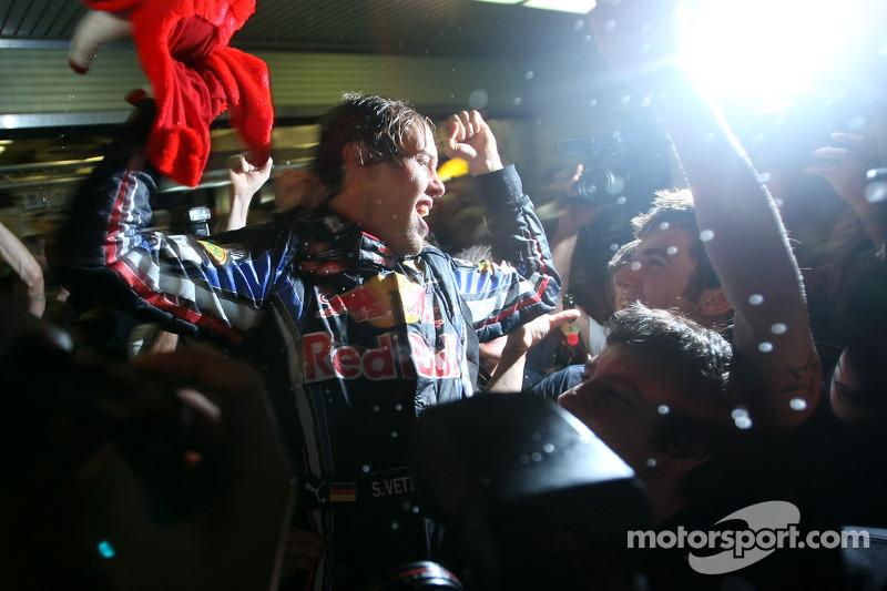 Yarış galibi ve 2010 Formula 1 Dünya Şampiyonu Sebastian Vettel, Red Bull Racing, takımı ile kutlama yapıyor