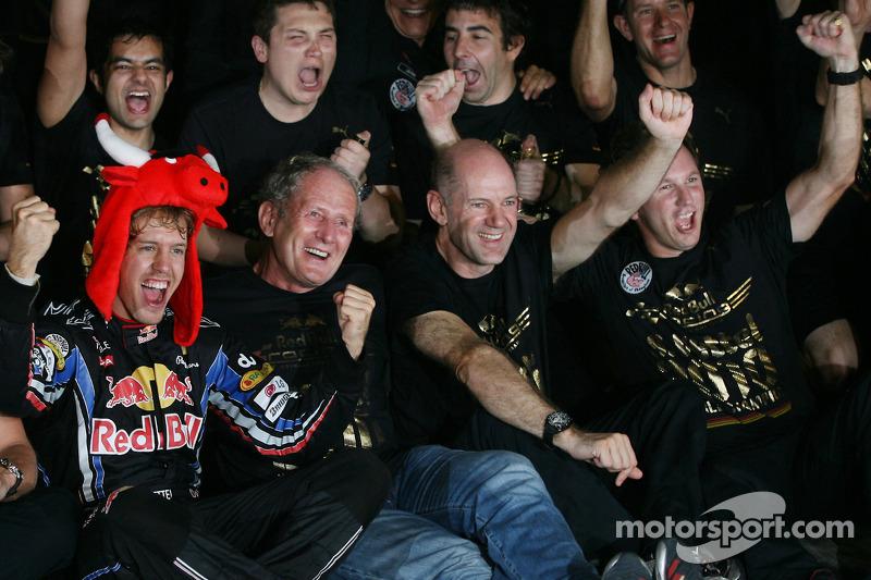 Yarış galibi ve 2010 Formula 1 Dünya Şampiyonu Sebastian Vettel, Red Bull Racing, takımı ile kutlama