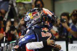 Podio:il vincitore della gara e Campione del Mondo di Fomula 1 anno 2010 Sebastian Vettel, Red Bull Racing, festeggia la vittoria con Jenson Button, GP Abu Dhabi del 2010