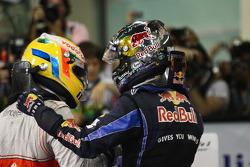 Podio:il vincitore della gara e Campione del Mondo di Fomula 1 anno 2010 Sebastian Vettel, Red Bull Racing, festeggia la vittoria con Lewis Hamilton, GP Abu Dhabi del 2010